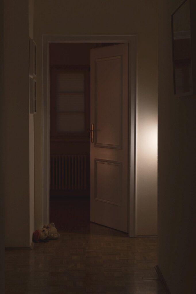 Tür und Kuscheltier im Dunkeln (Gaby)